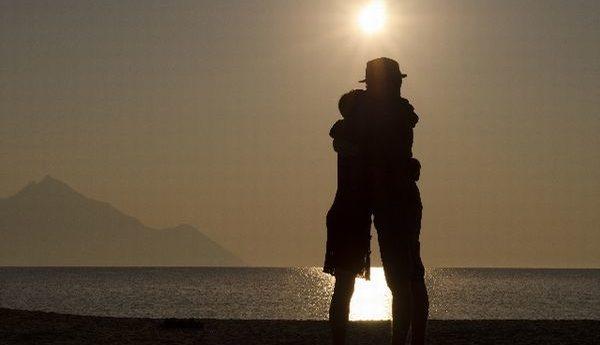 優しく抱きしめるだけで心理的絆を深める7つのテクニック