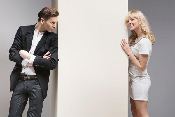 見つめ合う心理を学んで 恋愛関係を発展させる7つの方法