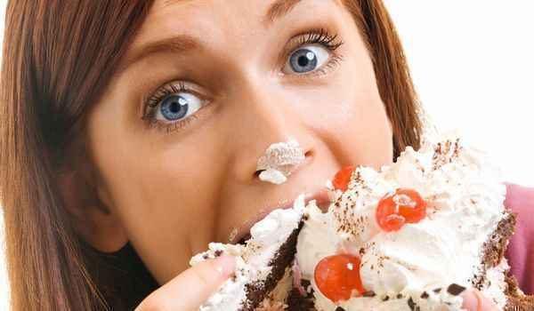 甘い物食べ過ぎて吐き気が…すぐ止める裏技とは?