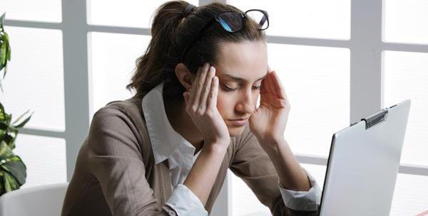 眼精疲労からくる肩こりや頭痛に効果的な解消法
