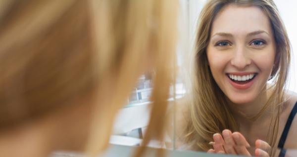 自然な笑顔の作り方、鏡の前で行う3つのトレーニング